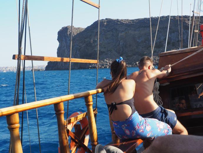 船でくつろぐカップル