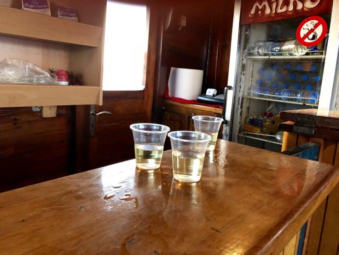 並べられたコップの白ワイン