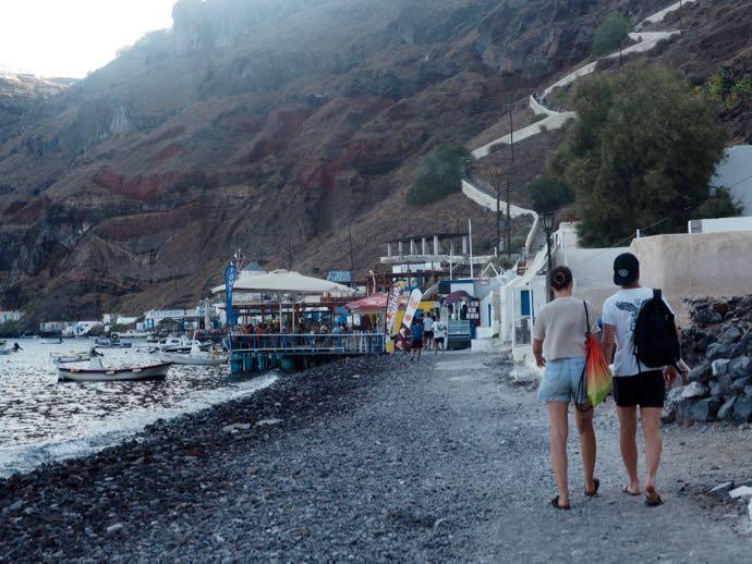ティラシア島の海岸沿いに並ぶ食堂
