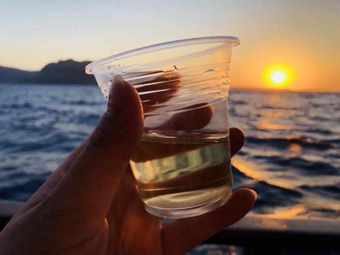 夕焼けを眺めながら飲む白ワイン