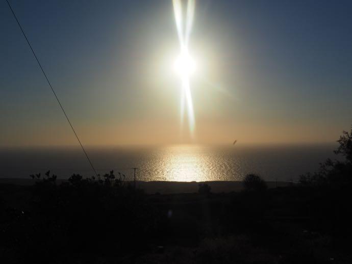 ティラシア島から眺める美しい夕日