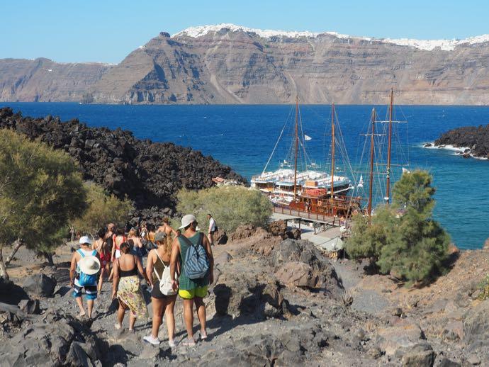 ネア・カメニ島を歩くツアー参加客