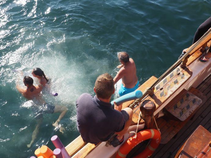 温泉で泳ぐ女性たち