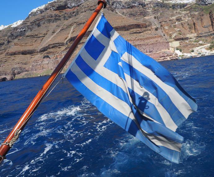 エーゲ海にはためくギリシャ国旗