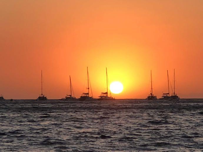 夕日で真っ赤に染まるエーゲ海