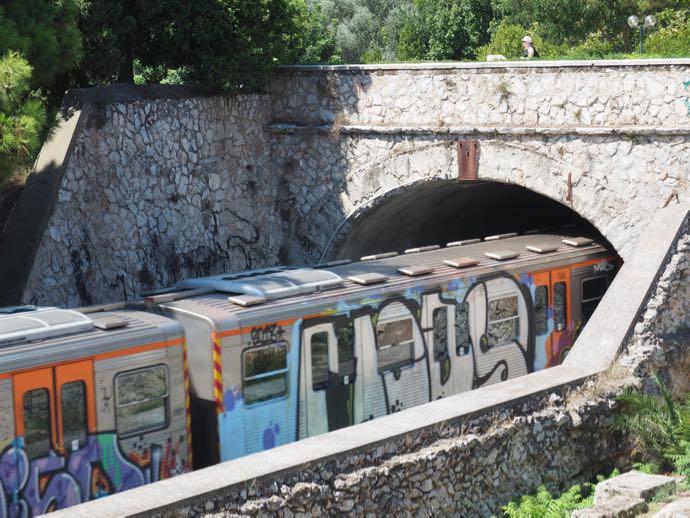 列車一面の落書き