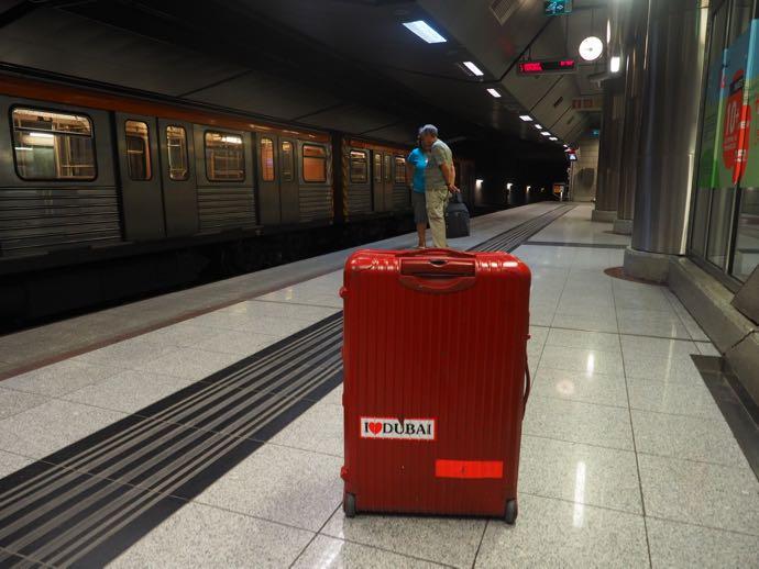 地下鉄ホーム駅のスーツケース