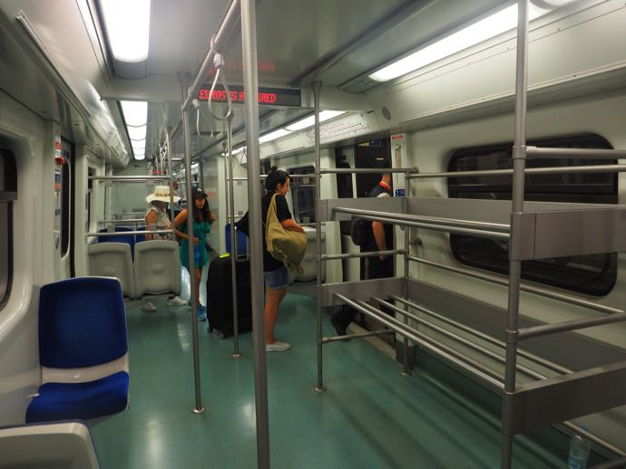 空港線の列車内のスーツケース置き場
