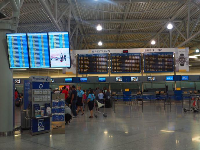 アテネ国際空港のチェックインカウンター