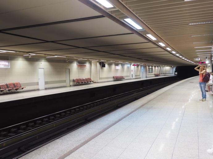 清潔で整然とした地下鉄ホーム
