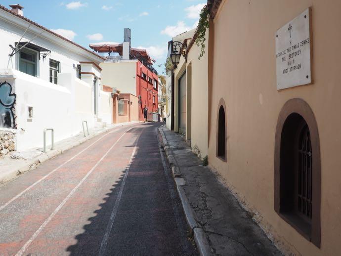 ピンクの壁が可愛らしい街道