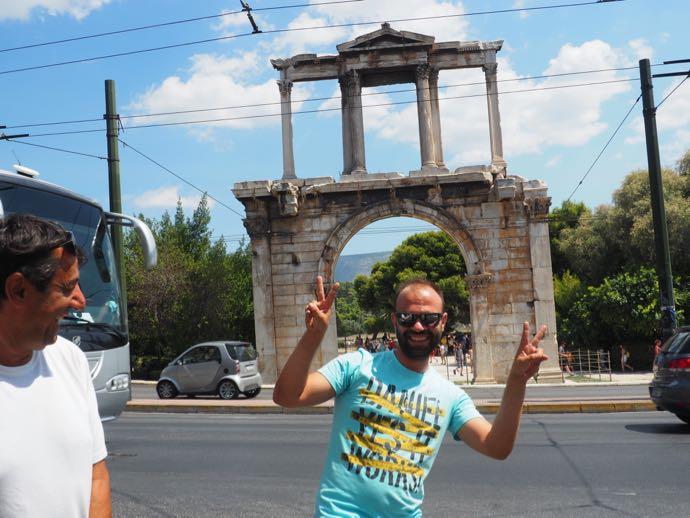 ハドリアヌスの門前にてピースサインする男性