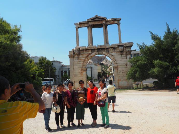 ハドリアヌスの門で記念撮影する中年女性