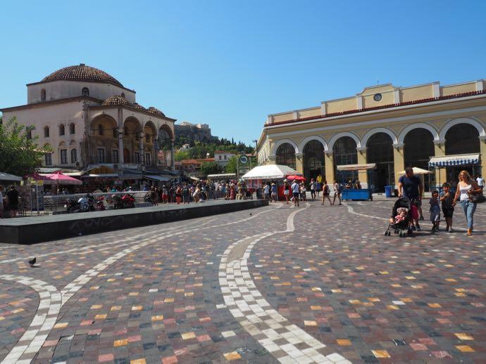 モナスティラキ駅前の広場