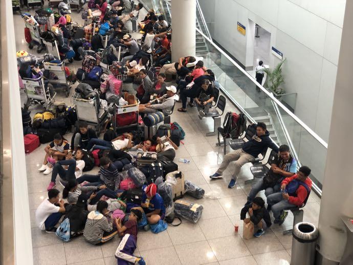 ニイノ・アキノ空港で眠る人々