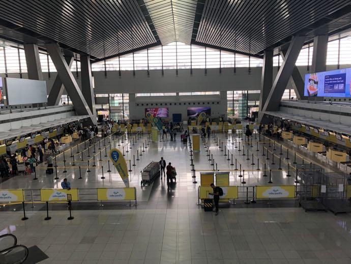 ニイノ・アキノ空港へ到着