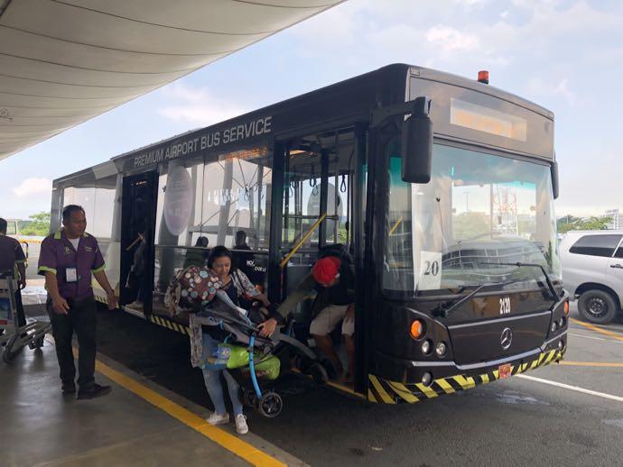 ニイノ・アキノ空港のターミナル間シャトルバス