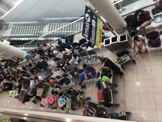 ニノイ・アキノ空港で眠る人々