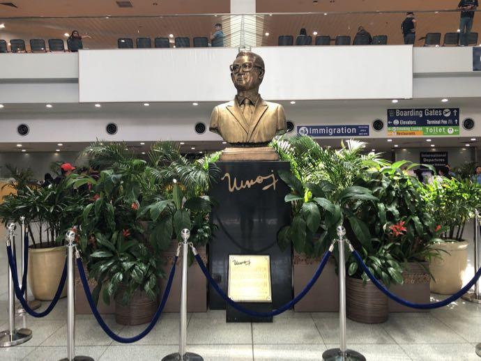 マニラ・ニノイ・アキノ国際空港の銅像
