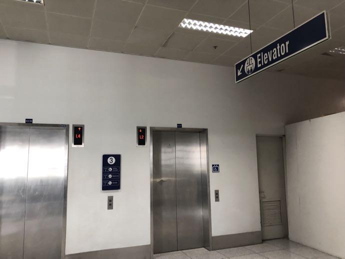 マニラ・ニノイ・アキノ国際空港のラウンジへ向かうエレベーター