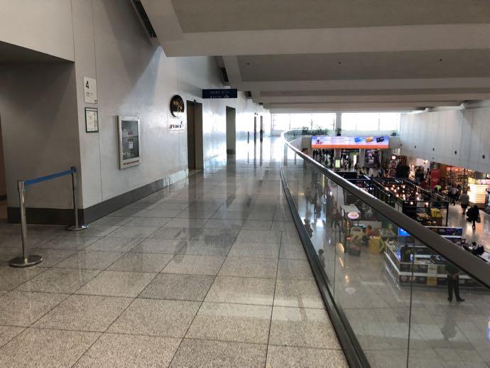 マニラ・ニノイ・アキノ国際空港のラウンジへの道