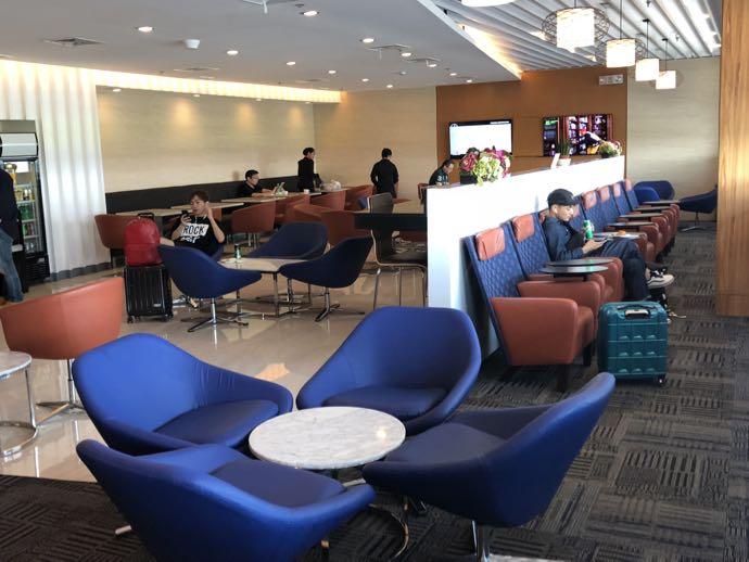 マニラ・ニノイ・アキノ国際空港 PACIFIC CLUB LOUNGEのフロア、窓際