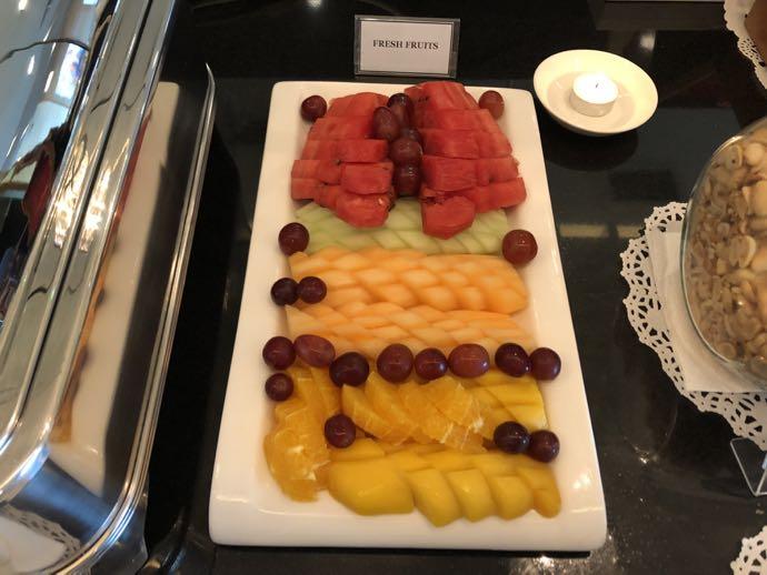 マニラ・ニノイ・アキノ国際空港 PACIFIC CLUB LOUNGEのフルーツ盛り