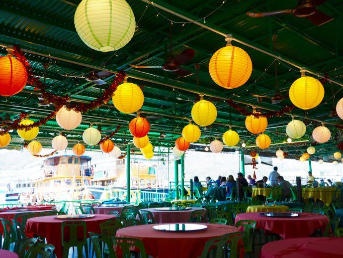 ラマ島の海鮮レストランのカラフルな提灯