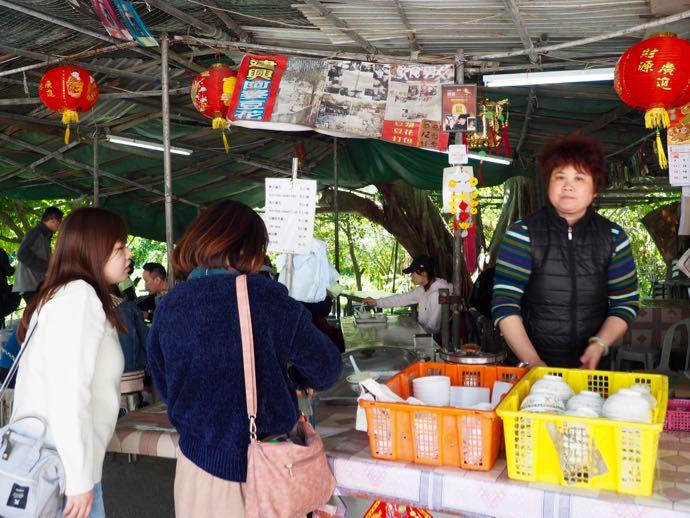 大混雑の豆腐花店