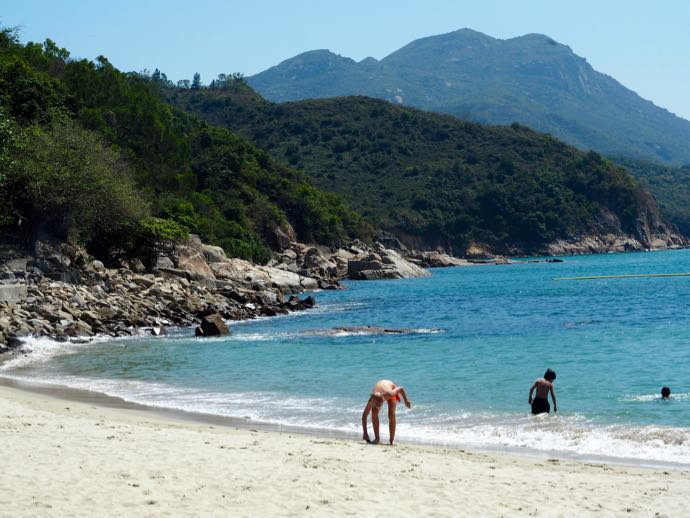 ラマ島の海岸で遊ぶ観光客