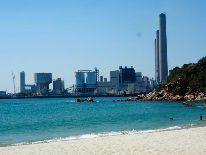洪聖爺灣泳灘から見える火力発電所