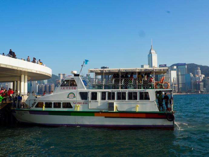 天虹海鮮酒家の専用船の外観