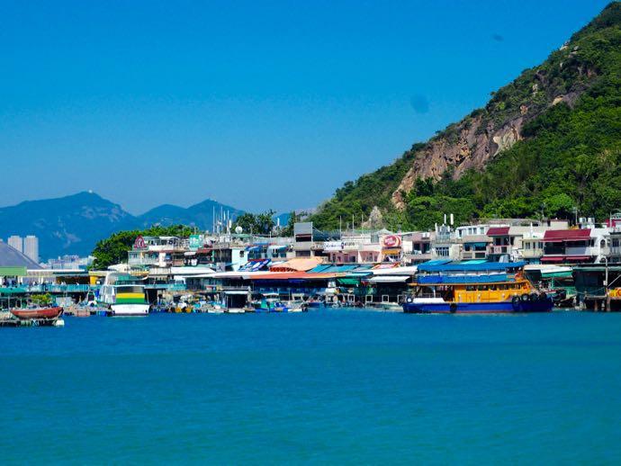 ラマ島のひなびた漁村