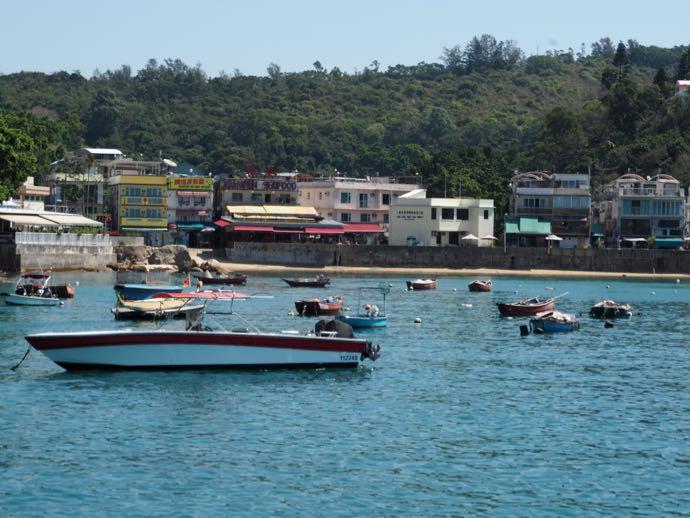 ラマ島・溶樹湾に浮かぶ船