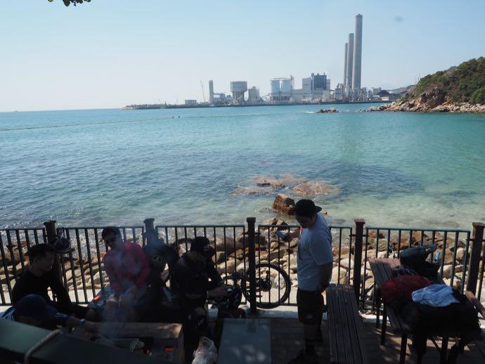 洪聖爺灣泳灘でBBQする人々