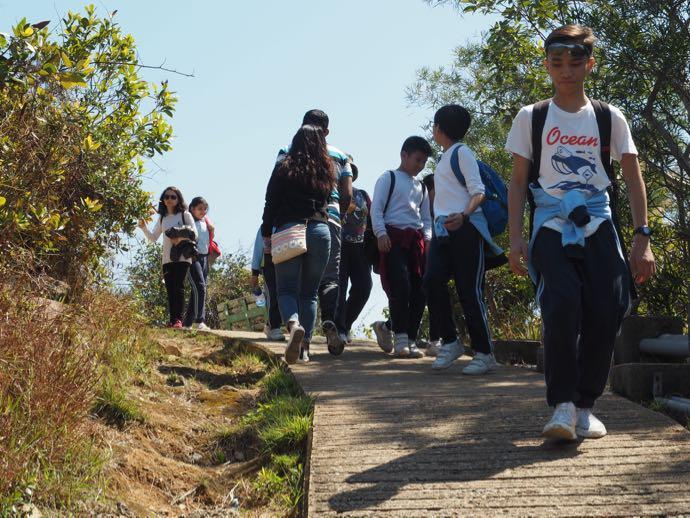ラマ島のトレイルコースを歩く人々