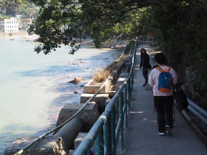 索罟湾まで単調な道