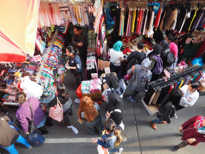 必死で買い物する女性たち