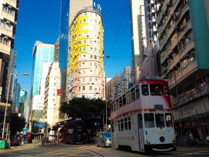 香港の街を走るトラム