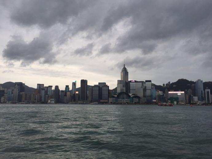 台風接近中の香港の摩天楼