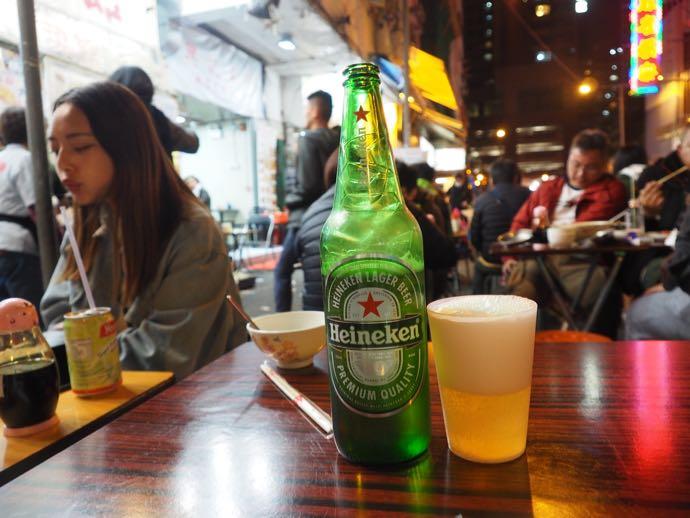 屋台で飲むビール