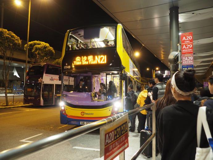 空港からはバスで向かう