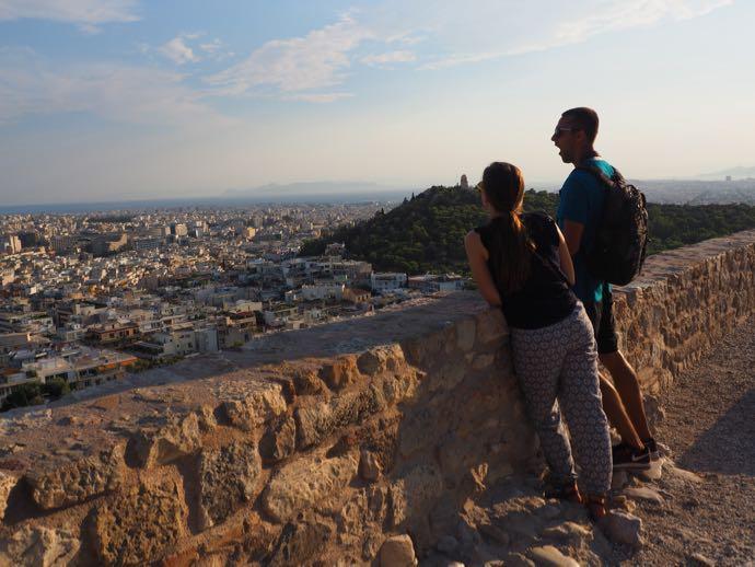 アテネ市街を眺めるカップル