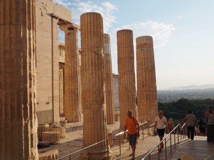 ドーリア式柱のパルテノン神殿前門