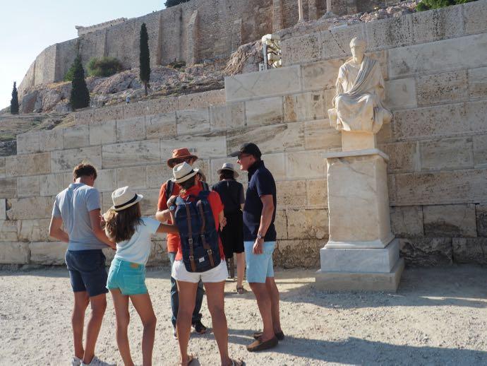 パルテノン神殿の入場後に立つ像