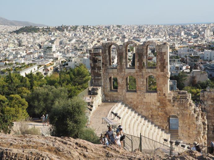 イロド・アティコス音楽堂とアテネ市街