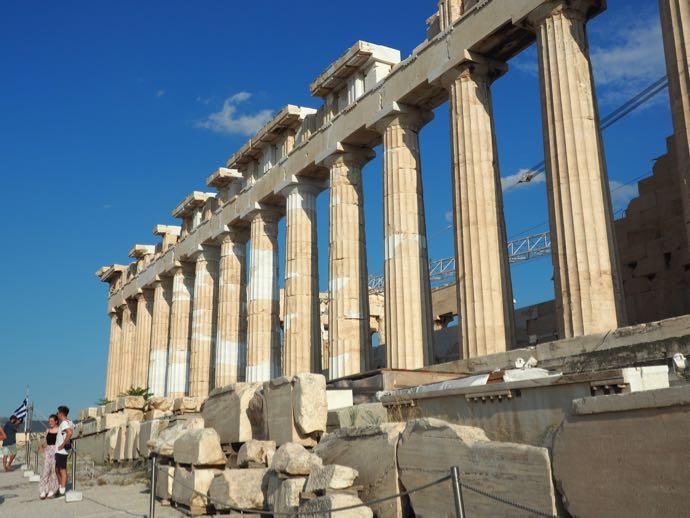 ドーリア式列柱が並ぶパルテノン神殿