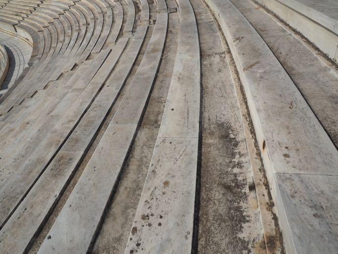 大理石でできた座席