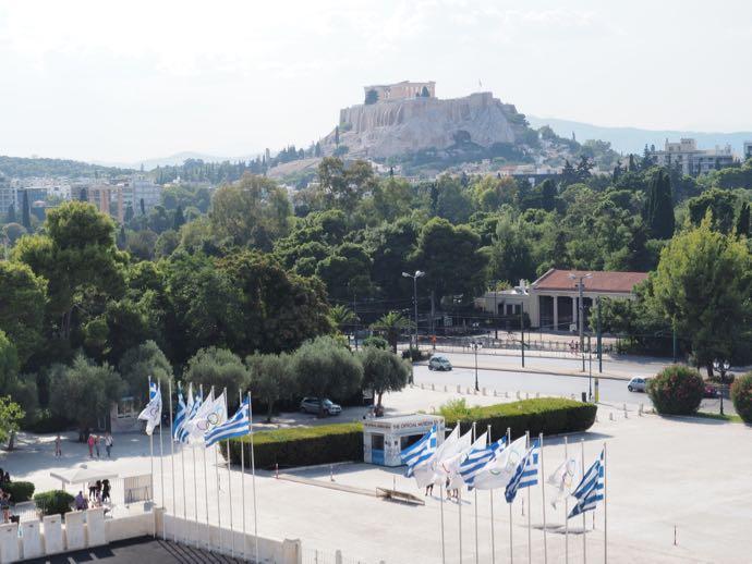 パナティナイコ・スタジアムから見えるアクロポリスの丘