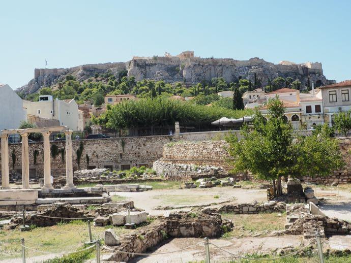 ハドリアヌスの図書館から見えるパルテノン神殿